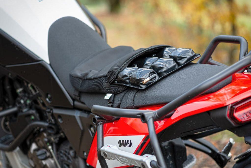 Auf dem Motorradsitz montiertes Luftpolster-Sitzkissen.