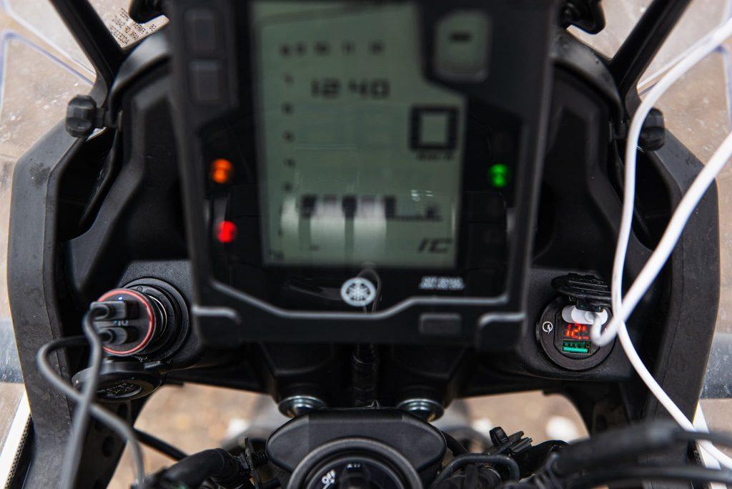 USB Adapter und Steckdose am Motorrad.