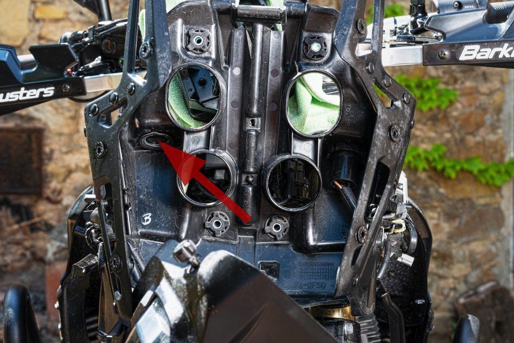 Zugang zur Steckdosenhalterung der Yamaha Tenere 700.