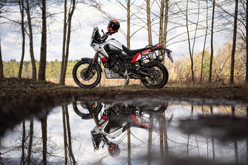Motorrad mit Heizgriffen in winterlicher Landschaft.