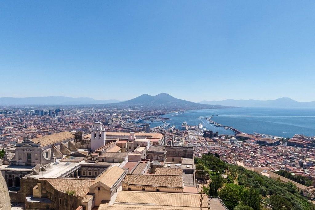Aussicht über Neapel auf den Vesuv.
