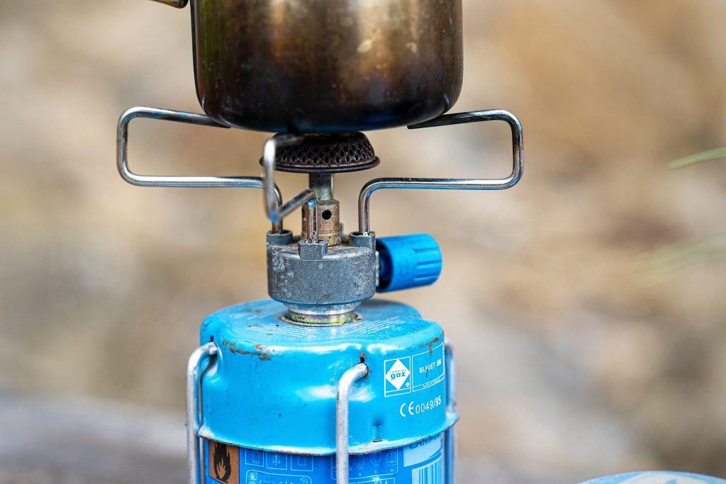 Gas-Campingkocher mit Stechkartusche.