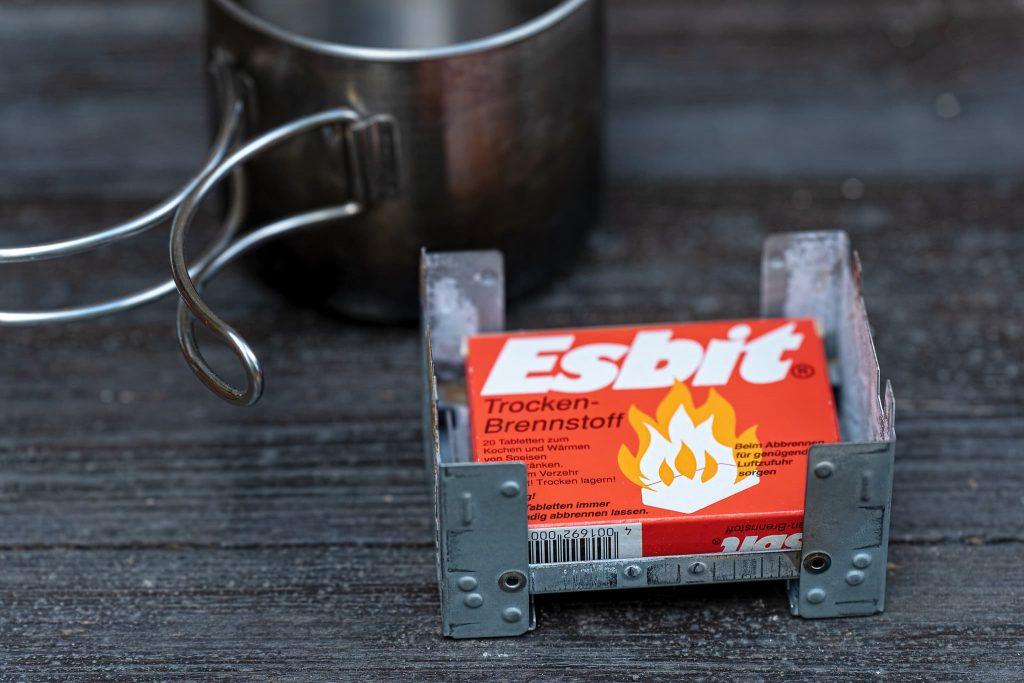 Esbit-Kocher mit Trockenbrennstoff.