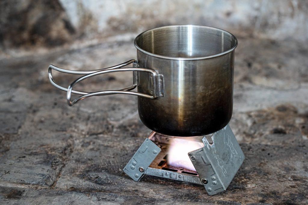 Esbit-Kocher mit Campingtasse.